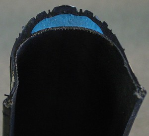 A cross sectrion of a tyre, showing the puncture-proof strip in blue. Photo copyright Ralf Roletschek, fahrradmonteur.de